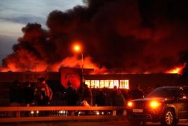 """СМИ: На сгоревшем складе ТЦ """"Синдика"""" работали мигранты"""
