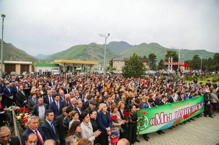 В День возрождения карачаевского народа прошло масштабное шествие