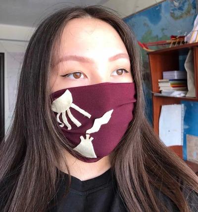 Старшеклассница из Салехарда делает защитные маски по мотивам фольклора ненцев