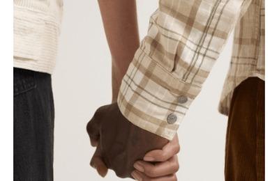 Пост Levi's с фотографией межрасовой пары спровоцировал расистский скандал в рунете