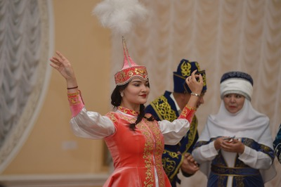 Астраханским женихам и невестам рассказали о тонкостях казахской свадьбы