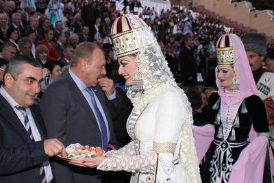 """Фольклорный фестиваль """"Танцы над Эльбрусом"""" стартовал в Нальчике"""
