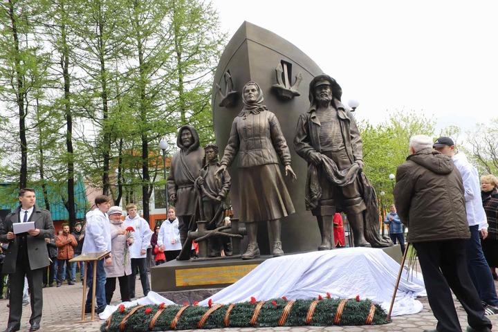 Памятник труженикам тыла с фигурами оленевода и рыбака открыли на Камчатке