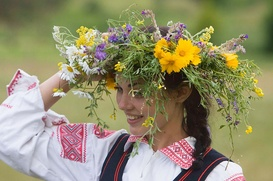 На белорусском Купалье в Москве погадают на счастье и попрыгают через костер