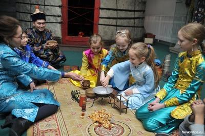 Гостей и жителей Кызыла знакомят с традициями Шагаа