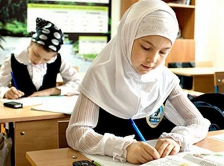Абдулатипов предложил разрешить носить в школах Дагестана хиджабы