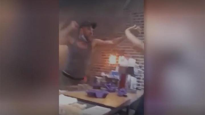 Телеведущий угрожал мигранту в ресторане депортацией за просьбу надеть маску