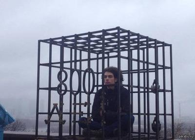 Петр Фарбер запер себя в клетке в знак солидарности с отцом