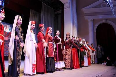 Дефиле в национальных костюмах прошло на армянском фестивале в Ставрополе