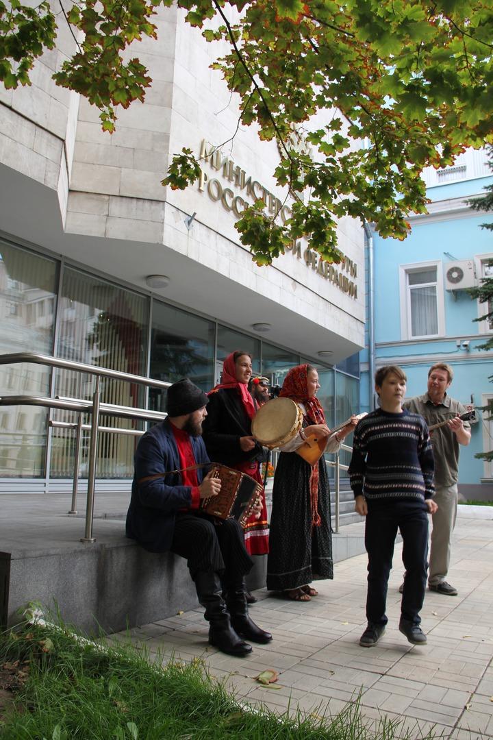 Народные гуляния против закрытия Центра русского фольклора