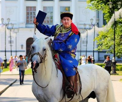 В Томске тувинец приехал за дипломом на коне и в национальном костюме