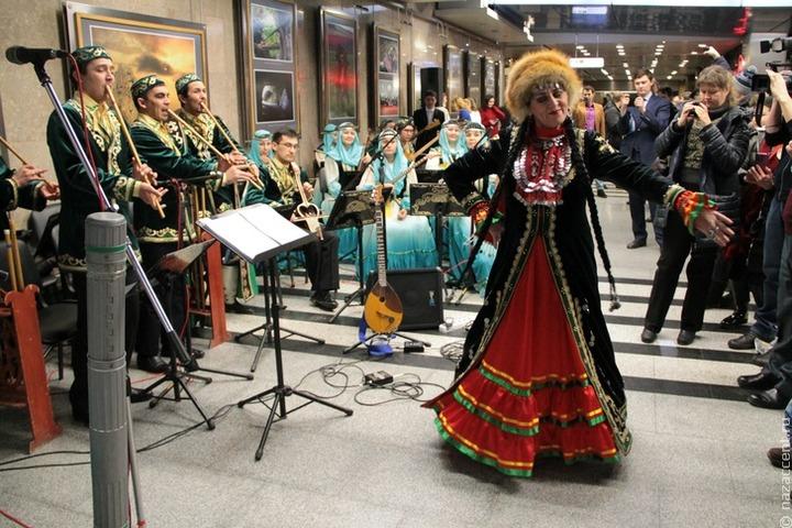 В Уфе станцевали башкирский танец в национальных костюмах на шесте [ВИДЕО]