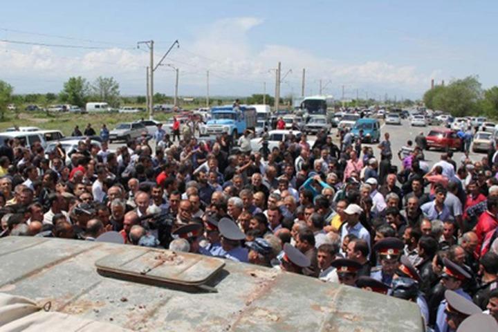 """Жители Адыгеи перекрыли трассу с требованием наказать """"людей в масках"""" за убийство земляка"""