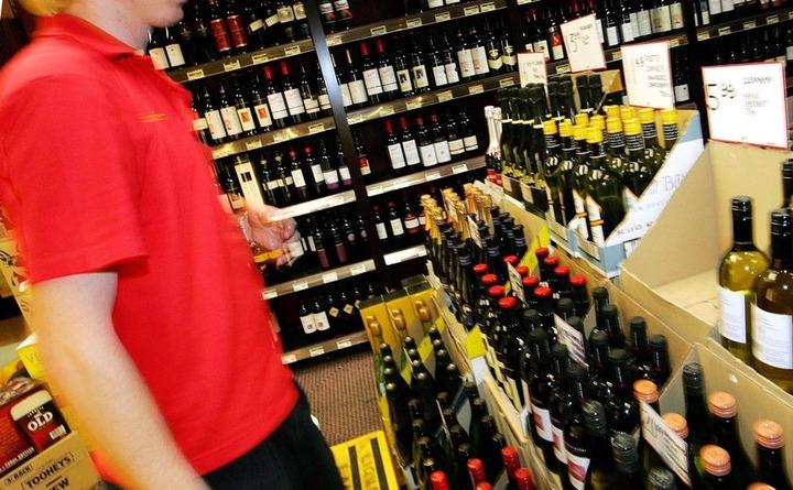 Медведев разрешил мигрантам торговать алкоголем в России