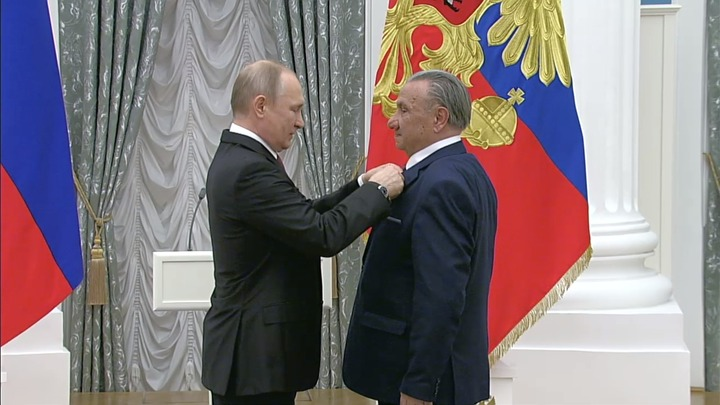 Владимир Путин вручил медаль Героя Труда адыгскому писателю Исхаку Машбашеву
