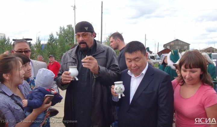 Голливудский актер Стивен Сигал станцевал с селянами якутский осуохай