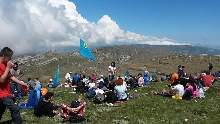 Крымские татары взошли на гору Чатыр-Даг в память о погибших в сталинской депортации