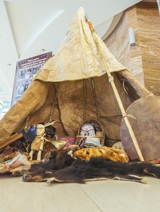 Удэгейские охотники установили чум в Белом Доме во Владивостоке