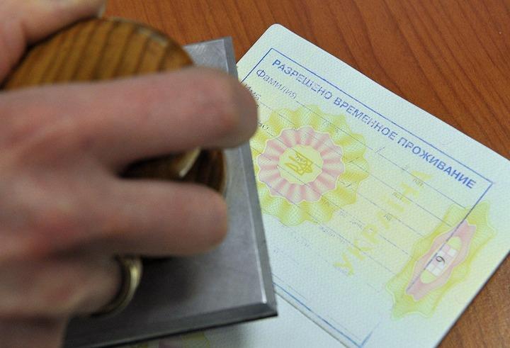 Правительство поддержало увеличение штрафа за незаконное оформление документов мигрантам