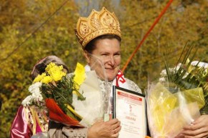 Деревенскую красавицу наградили берестяной короной