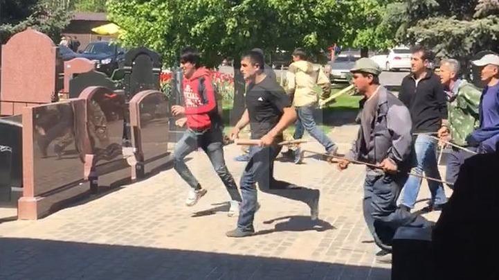 Суд арестовал пятерых мигрантов за драку на Хованском кладбище