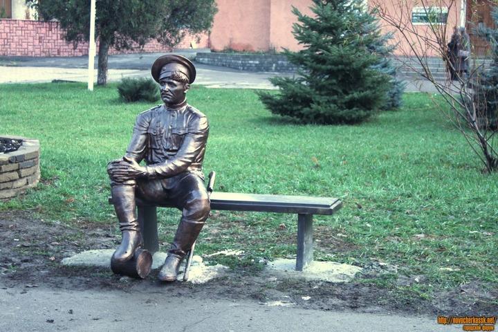 В Новочеркасске подростки после скандала с фото вымыли скульптуру казака