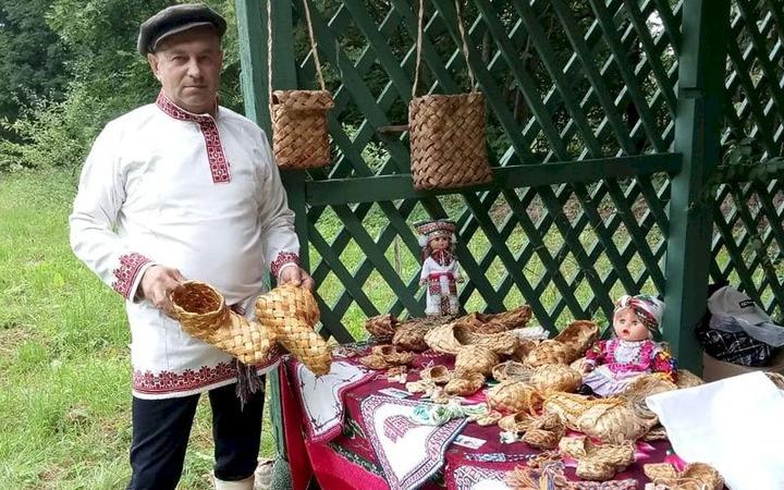 Гостей фольклорного фестиваля в Подмосковье научили плести лапти