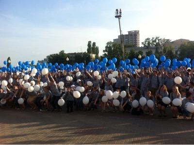 На форуме Молодежной ассамблеи народов России запустили в небо Андревский флаг из воздушных шаров