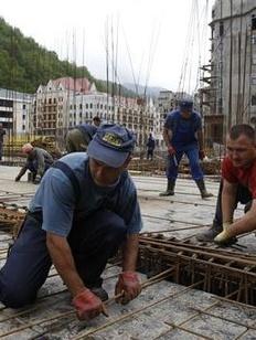 Иностранным рабочим с олимпийской стройки не выплатят зарплату, пока они не купят билет домой