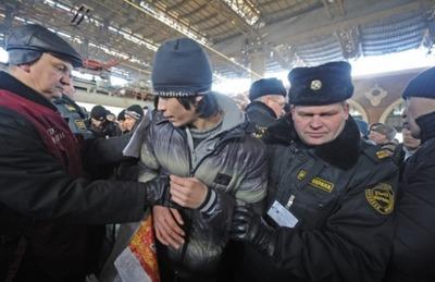 Большинство москвичей назвали первоочередной задачей городских властей в сфере миграции уменьшение количества приезжих