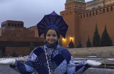 На Красной площади едва не задержали женщину из-за кокошника