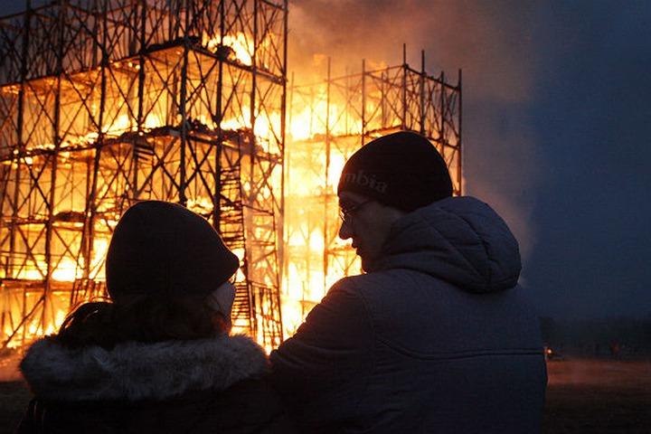 В Калужской области на Масленицу сожгли мост из соломы высотой в 20 метров