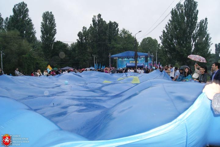 В Симферополе подняли крымскотатарский флаг длиной в 28 метров