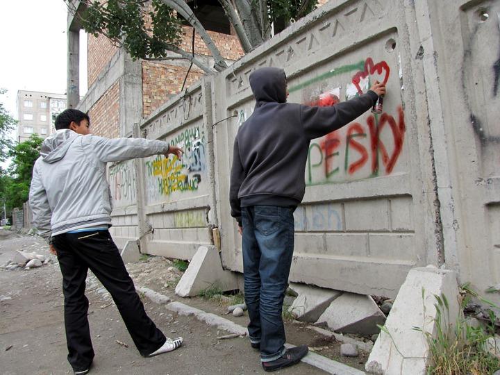 Двух жителей Тульской области осудили за антикавказские надписи на зданиях