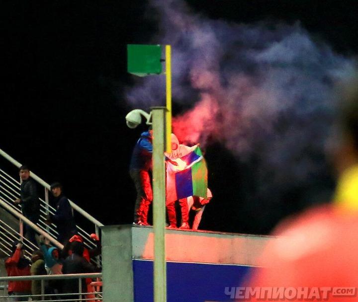 Фанаты подожгли флаг Дагестана во время футбольного матча