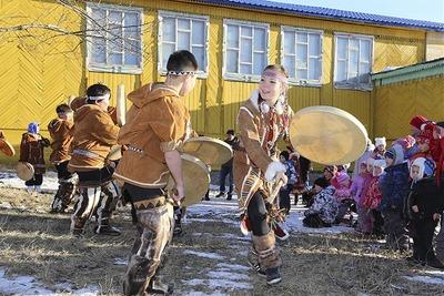 """Вместо """"Русского марша"""" на Камчатке отметили Хололо с бубнами и обрядовой толкушей"""