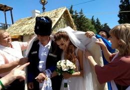 Ставропольские казаки провели шуточный свадебный обряд для молодоженов