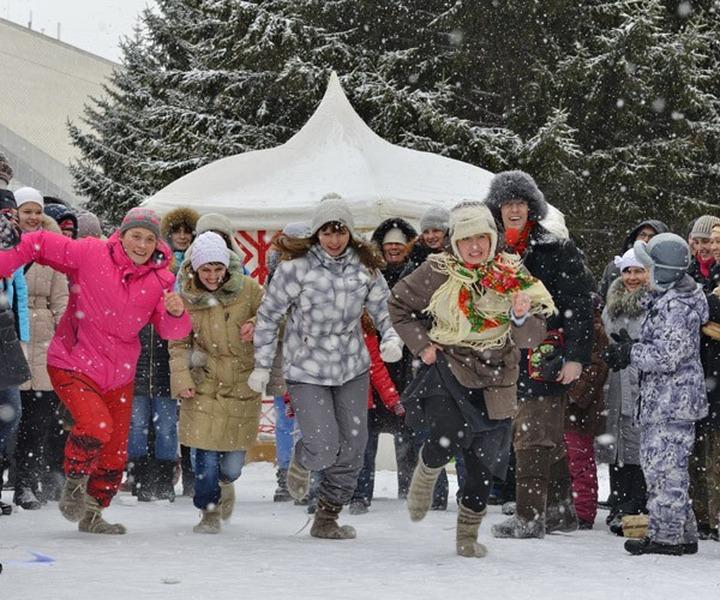 На проводах Зимы омские женщины побегают в носках