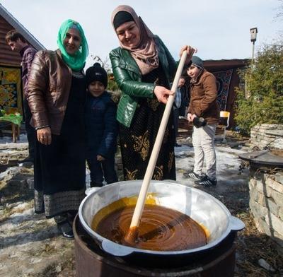 Таджики в Екатеринбурге в честь Навруза накормили студентов сумаляком