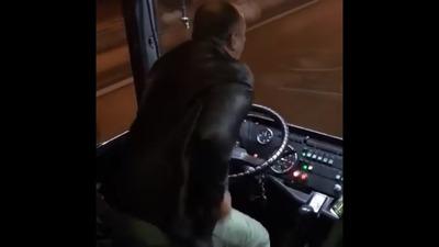 Полиция нашла водителя, танцевавшего лезгинку за рулем автобуса в Москве (ВИДЕО)
