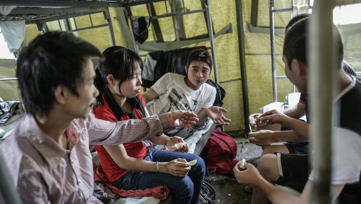 Задержанные мигранты попросили перевести их из спецприемников обратно в палаточный лагерь