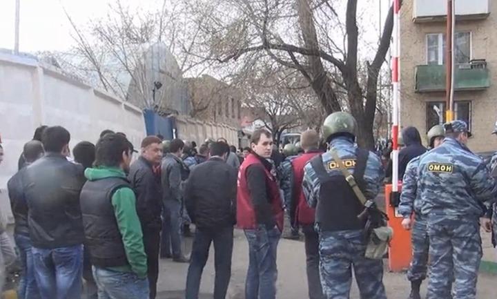 В Москве в мечети досмотрели более трех тысяч и задержали более сотни мусульман