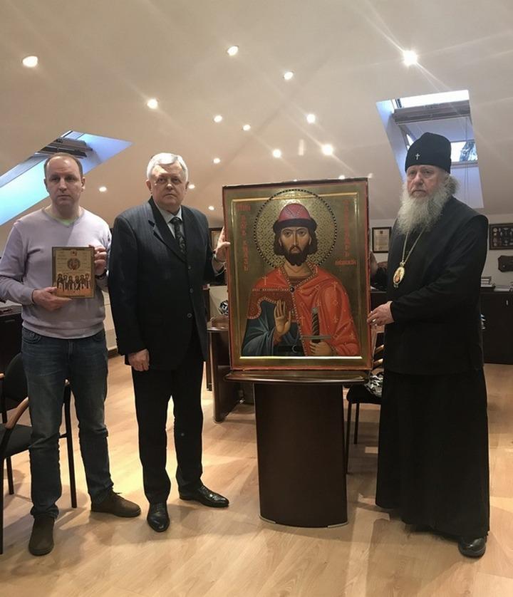 Лидеру ФНКА белорусов вручили икону Александра Невского для укрепления мужества