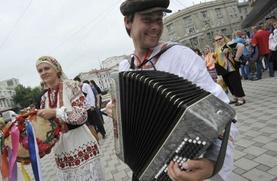 В Воронеже около 100 человек вышли на марш в вышитых рубашках