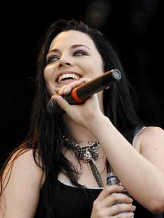 Солистке рок-группы Evanescence подарили пермские гусли (ВИДЕО)