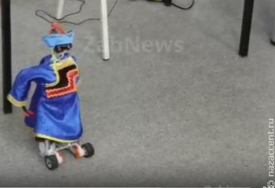 Ученики судунтуйской школы одели робота в бурятский костюм и заставили танцевать ёхор