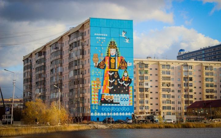 Якутск украсили стрит-артом с изображением якутской верховной богини