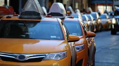 Иностранцам без гражданства запретят водить такси
