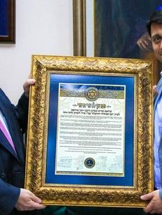 Лидеру горских евреев России вручили документ о еврейском Дне Победы