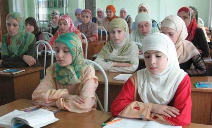 Преподавателю, запретившему школьницам надевать на занятия хиджабы, угрожают расправой